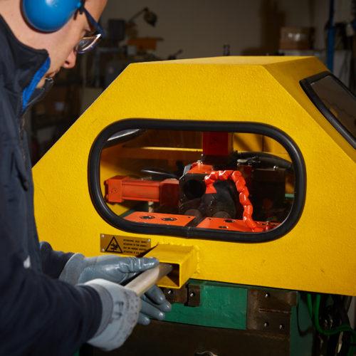 macchina deformazione e rastrematura tubi metallici al lavoro